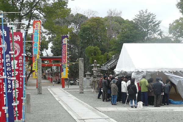 豊中稲荷神社で荒汐部屋の稽古が始まりました。四股やてっぽう、激しいぶつ... パソコンプラザin